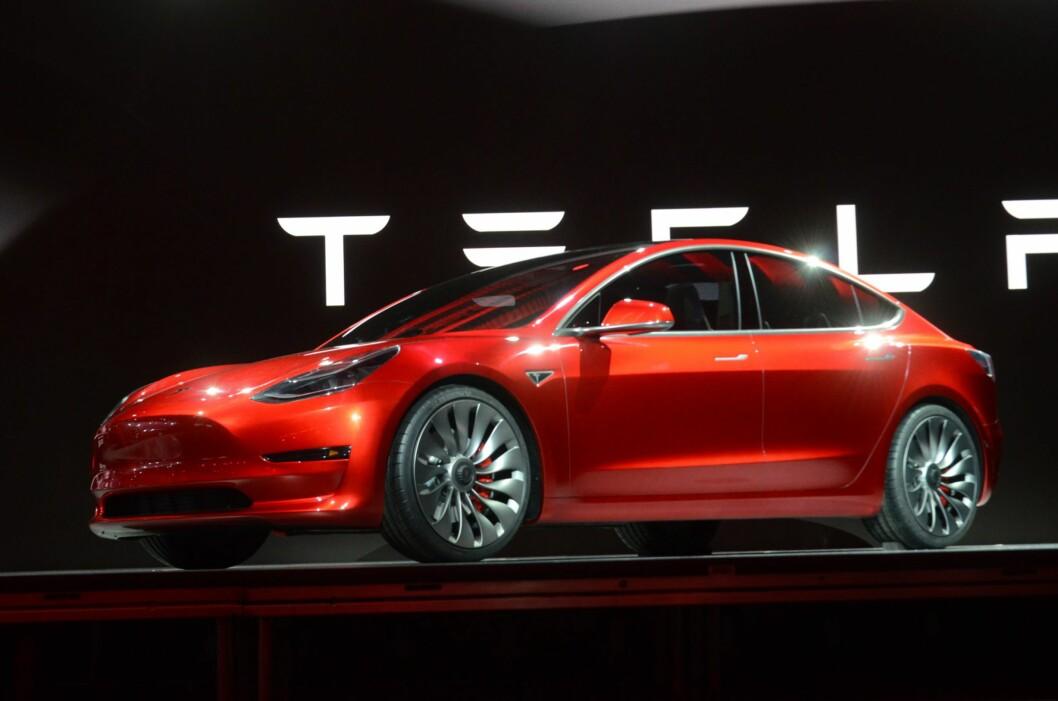 <b>HER ER DEN:</b> Nye Model 3 føyer seg inn i rekken med målet om å bli en folkebil!  Foto: BJØRN NYLAND