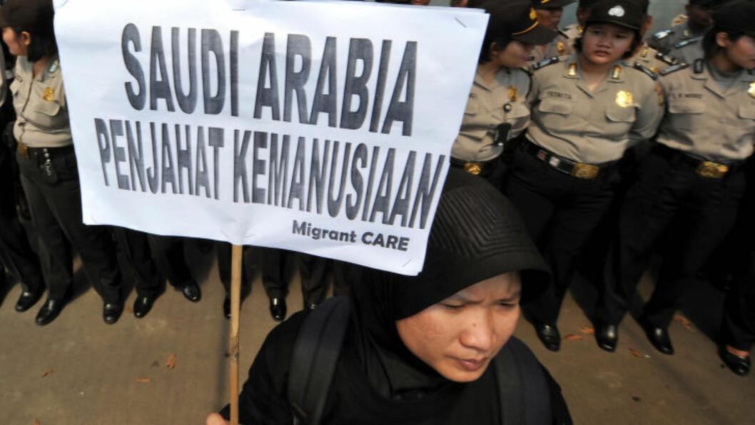 <strong>- FORBRYTER-NASJON:</strong> «Saudi-Arabia - en forbryter mot menneskeheten», står det på denne plakaten i Indonesia. I 2011 demonstrerte de mot henrettelsen av en indonesier som jobbet i Saudi-Arabia. Foto: AFP/ADEK BERRY