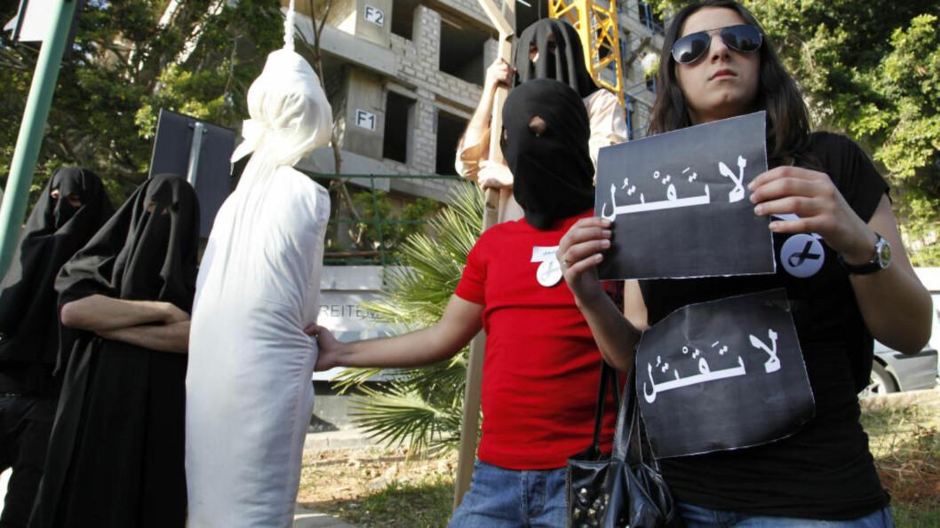 <strong>DEMONSTRERTE MOT SAUDI ARABIA:</strong> Aktivister demonstrerte utenfor den saudiarabiske ambassaden i Beirut i Libanon, etter at den libanesiske tv-psykologen Ali Sibat ble dømt til halshogging for trolldom i 2010. Sibat ble aldri halshogd og skal nå mest sannsynligvis bli sluppet fri. Foto: AP/BILAL HUSSEIN/NTB SCANPIX