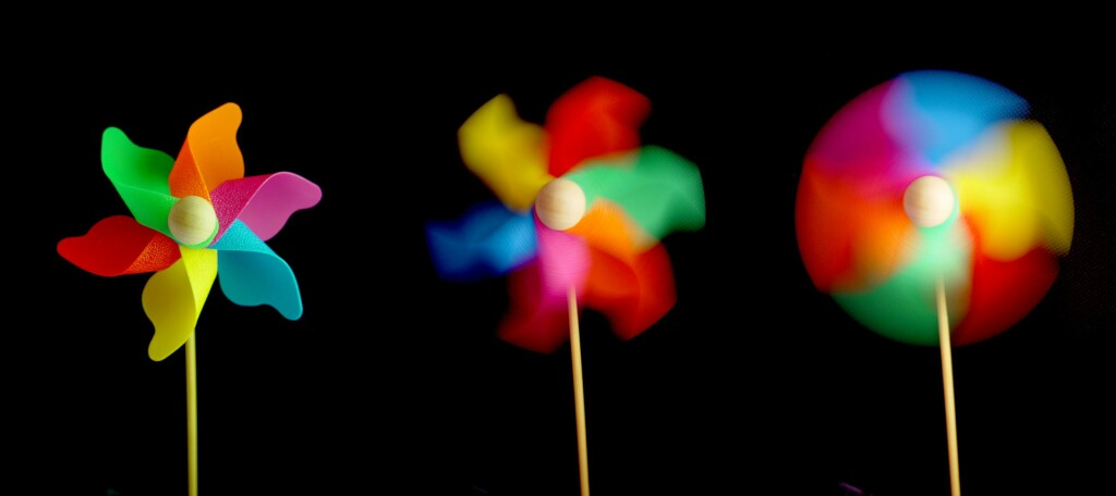 FRYS:En kort lukkertid (til venstre) vil fryse bevegelsen i større grad, men slipper også inn mindre lys. (Foto: Windflower-05237-nevit av Nevit Dilmen, CC-BY-SA)