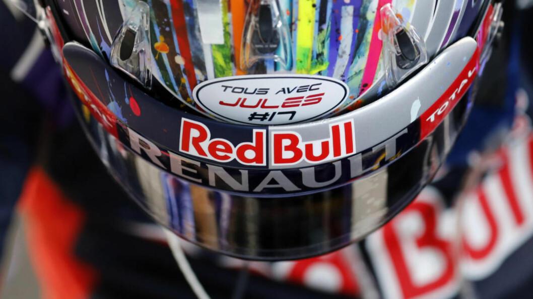 ALLE ER MED JULES. Sebastian Vettel viser sin medfølelse overfor kollega Jules Bianchi på hjelmen i søndagens GP-runde i Sotsji. Foto: AP.