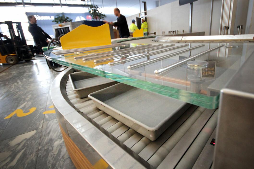 <b>AVREISE GARDERMOEN?</b> Oslo Lufthavn melder om drøye 93.000 reisende fredag, som er nesten «all time high». - Beregn litt ekstra tid, oppfordrer de. Kanskje vil du benytte anledningen til å teste ut disse nye sikkerhetsslusene i avgangshallen? Foto: OLE PETTER BAUGERØD STOKKE