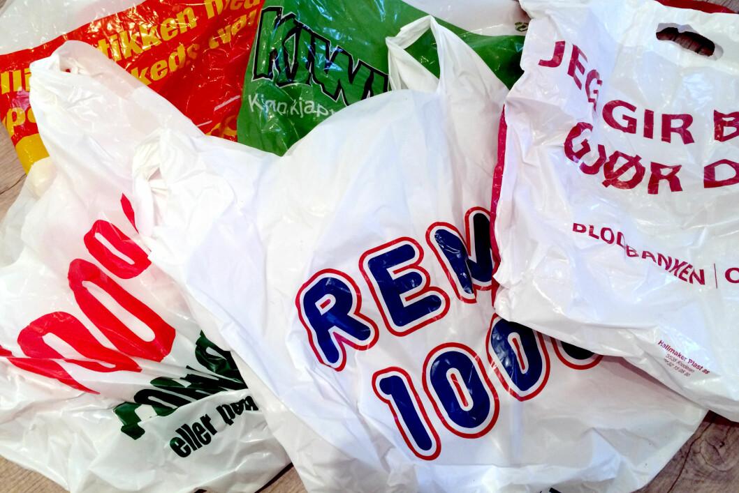 <strong><b>BRETT I VEI:</strong></b> Plastposer i fri dressur har en tendens til å fylle opp skuffer og skap. Da kan du spare mye plass ved å brette dem.  Foto: KRISTIN SØRDAL
