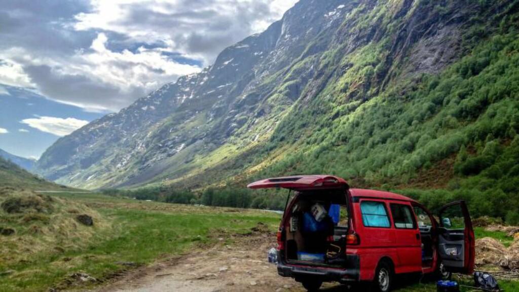 MULTIVERKTØY: En vanlig rød varebil for noen - transportmiddel, hjem og kontor for Tomaszewicz og kameratene. Foto: Lanor Productions
