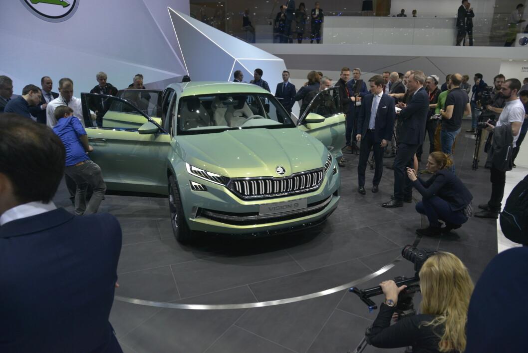 <strong><b>VISES I GENÈVE:</strong></b> Skodas nye SUV får sju seter og den kommer sannsynligvis som ladbar hybrid. Skoda-importøren har tro på stort salg i Norge.  Foto: JAMIESON POTHECARY