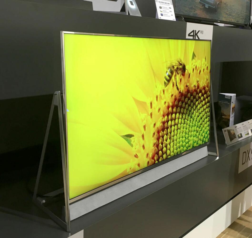 <strong><B>STATIV</B>:</strong> TV-en er hengslet på to steder i et triangulert stativ. Tidligere har vi sett noe lignende blant annet på noen av Samsungs største TV-er. Foto: BJØRN EIRIK LOFTÅS
