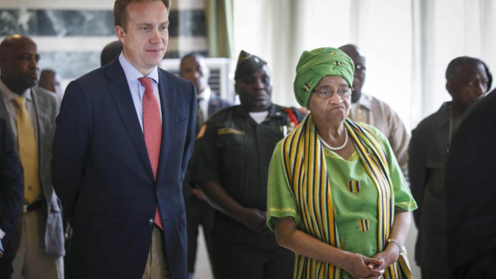 MØTTE SIRLEAF  Utenriksminister Børge Brende sammen med president Ellen Sirleaf Johnson i Liberias hovedstad Monrovia. Brende er trolig den første utenlandske ministeren som besøker landet siden ebolaepedemien brøt ut for over sju måneder siden. Brende besøker Vest-Afrika for å se krisen med egne øyne og for å vise solidaritet med de rammede landene. Samtidig bevilger norske myndigheter enda flere penger til bekjempelse av epidemien, som så langt har tatt godt over 4.000 menneskeliv. Foto: Heiko Junge / NTB scanpix