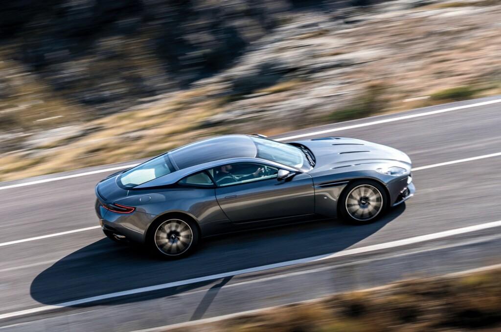 BYGD FOR ACTION: I fart kommer de dynamiske linjene til den nye Aston til sin rett. Foto: ASTON MARTIN