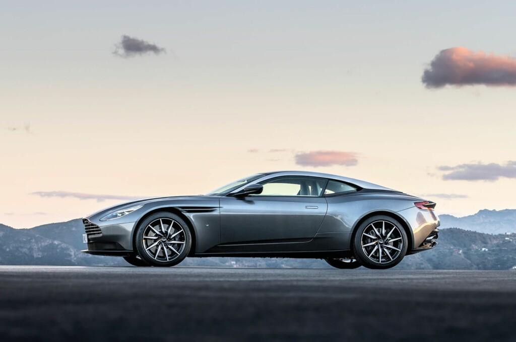 <b>SMEKKER:</b> Ingen tvil, det er en ekte Aston Martin. Samtidig er designen subtilt oppdatert med en rekke stilelementer som er nye i forhold til tidligere modeller. Foto: ASTON MARTIN