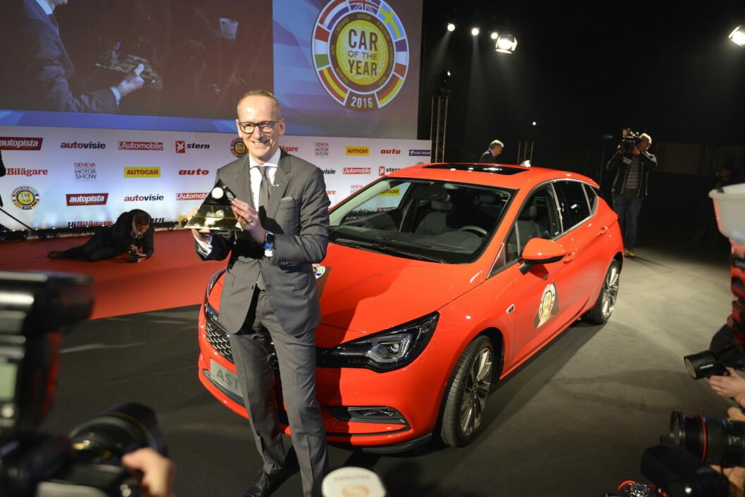 <strong><b>STOLT VINNER:</strong></b> En synlig fornøyd Opel-sjef Karl-Thomas Neumann har nettopp mottatt troféet som belønner Årets Bil (COTY) i Europa 2016 her i Genève. Foto: JAMIESON POTHECARY