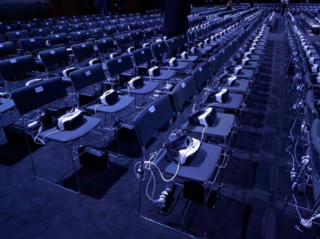 VR TIL ALLE: En fiffig vri på Samsungs S7-pressekonferanse var at alle som møtte opp så deler av presentasjonen via Gear VR. Foto: PÅL JOAKIM OLSEN