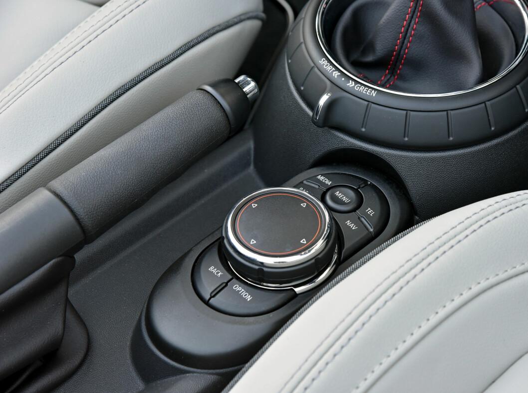 <strong><b> HÅNDSKRIFT:</strong></b> BMW-eierne kjenner seg igjen og man kan skrive inn bokstaver og tall oppå dreiehjulet. Dessverre er ikke plaseringen veldig ergonomisk. Foto: MINI