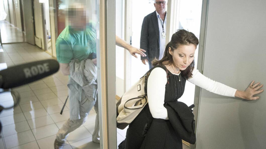 <strong> TIL AVHØR:</strong>  Den siktede 43-åringen og hans forsvarer Cecilia Dinardi på vei inn til avhør hos politiet på Kongsvinger 20. august. Da meldte han seg frivillig etter to måneder på flukt fra politiet. I går ble han pågrepet på Gardermoen og framstilt for varetektsfengsling i Glåmdal tingrett torsdag. FOTO: BJØRN LANGSEM/DAGBLADET.