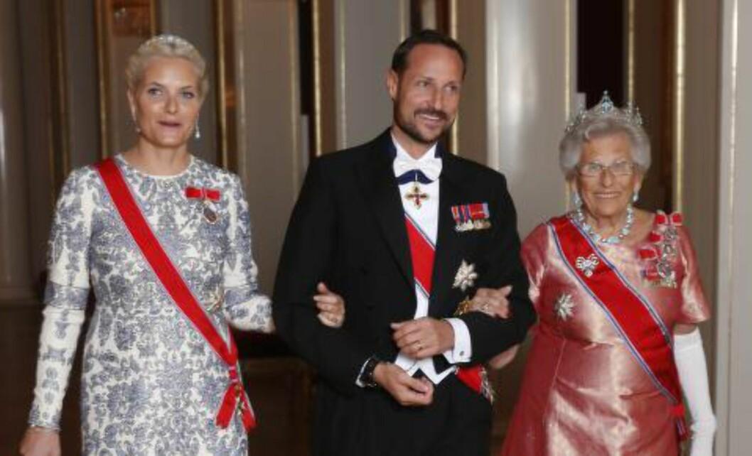 POTETPLUKKER: Kronprins Haakon har selv plukket en del av potetene som i kveld blir servert. Her med kronprinsesse Mette-Marit og sin tante prinsesse Astrid fru Ferner. Foto: TERJE BENDIKSBY / NTB SCANPIX