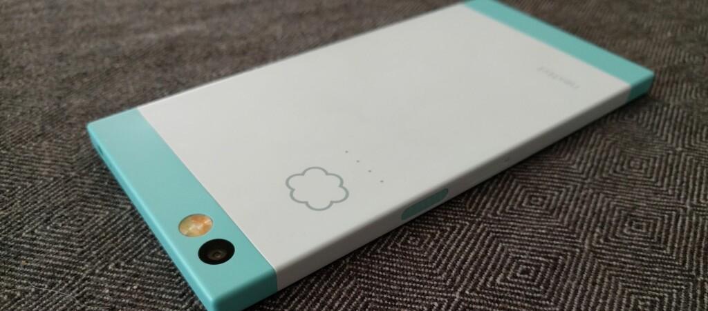 <strong>SKY:</strong> Små lysdioder på baksiden av telefonen indikerer at innholdet sikkerhetskopieres til nettet. Foto: PÅL JOAKIM OLSEN