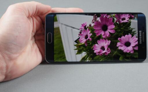 VELGER DYRERE: Nordemenn velger heller en toppmodell enn en lenger ned på lista. Her Samsung Galaxy S6 Edge+.  Foto: PÅL JOAKIM OLSEN