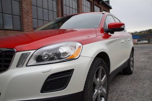 TODELT FOLIERING:  Denne XC60en har fått en todelt farge. Enten den er hvit eller rød orginalt, skal lakken holde seg jevnt om du bevarer bilen godt. Foto: MARCO REKLAME