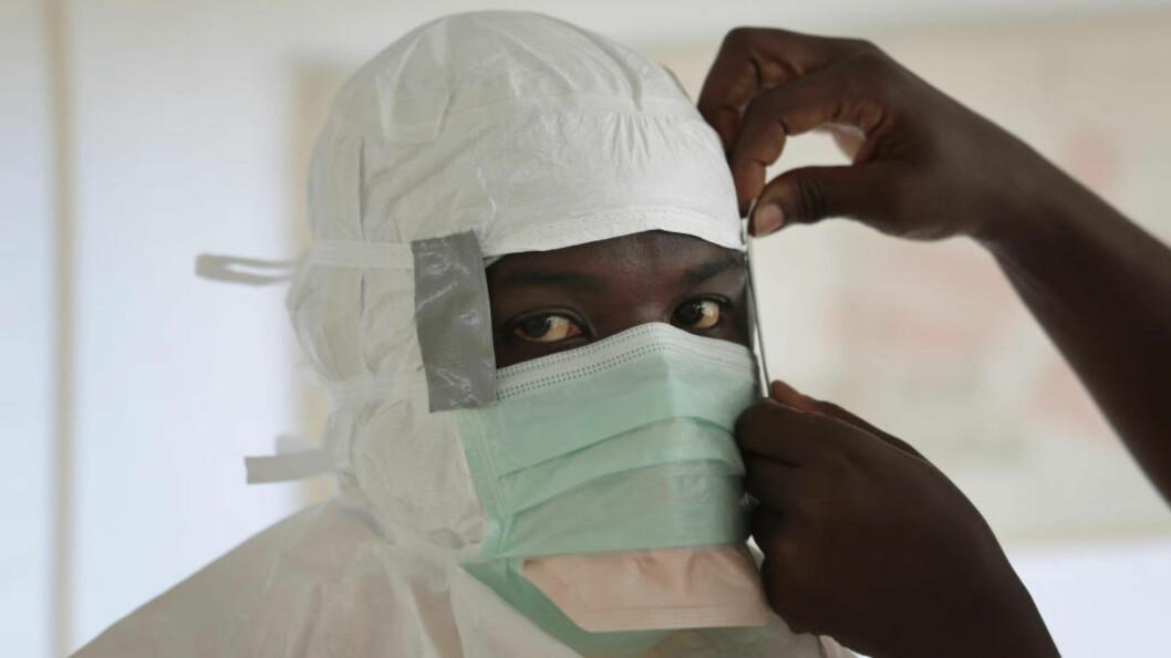 FRI FOR EBOLA: Mandag kunngjorde Verdens helseorganisasjon (WHO) at Nigeria er fri for ebolasmitte. Bildet viser en sykepleier fra Leger Uten Grenser som gjør seg klar til å behandle pasienter. Foto: Jerome Delay, AP Photo/NTB scanpix