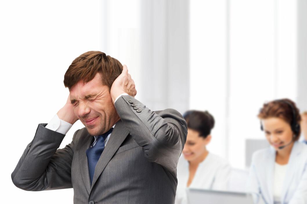 <strong><b>PLAGSOMT:</strong></b> Støy trenger ikke å være så vondt som denne mannen gir uttrykk for. Likevel mener 70 prosent av norske kontoransatte at de jevnlig påvirkes negativt av støy på arbeidsplassen. Foto: SHUTTERSTOCK