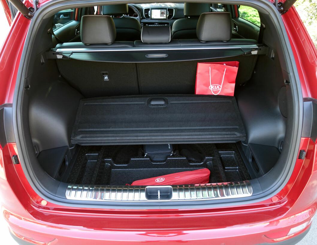<strong><b>GANSKE ROMSLIG:</strong></b> Hjulbuene tar en del plass, men 503 liter er godt med plass i en såpass kompakt SUV. Foto: KNUT MOBERG
