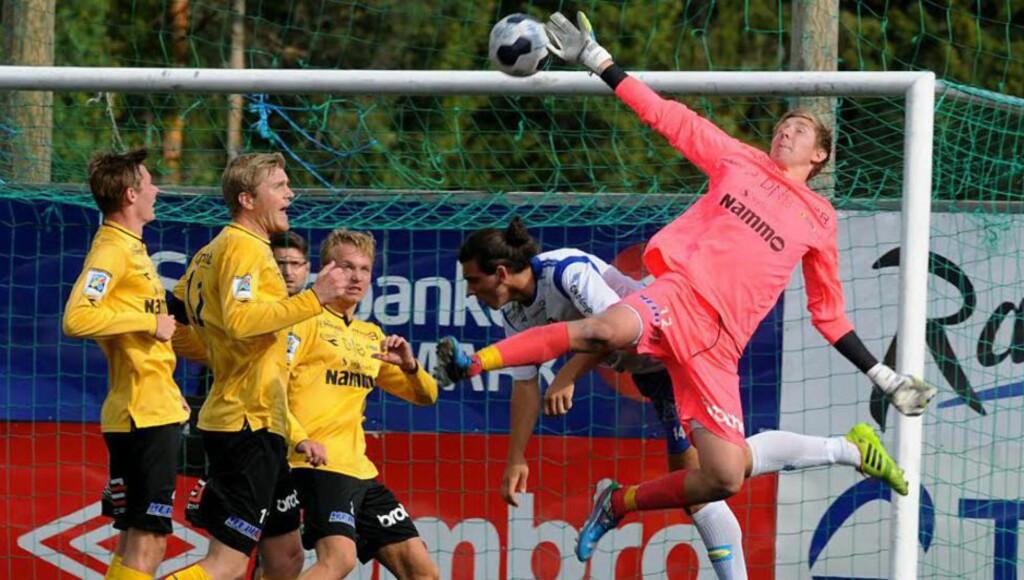 KEEPERTALENT: Raufoss Fotballs keeperkomet Ole Kristian Lauvli har tiltrukket internasjonal oppmerksomhet for sine prestasjoner i 2. divisjon denne sesongen. Her må han ut i full strekk i oppgjøret mot Nybergsund tidligere i år, en kamp de vant 1-0. Foto: Raufoss Fotball.