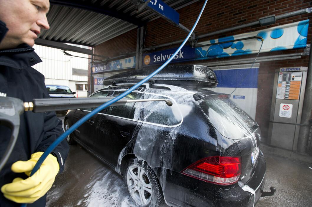 <strong><b>VÆR FORSIKTIG:</strong></b> Det kan være fornuftig å droppe de sterkeste bilshampoene hver gang du vasker bilen.  Foto: NTB SCANPIX