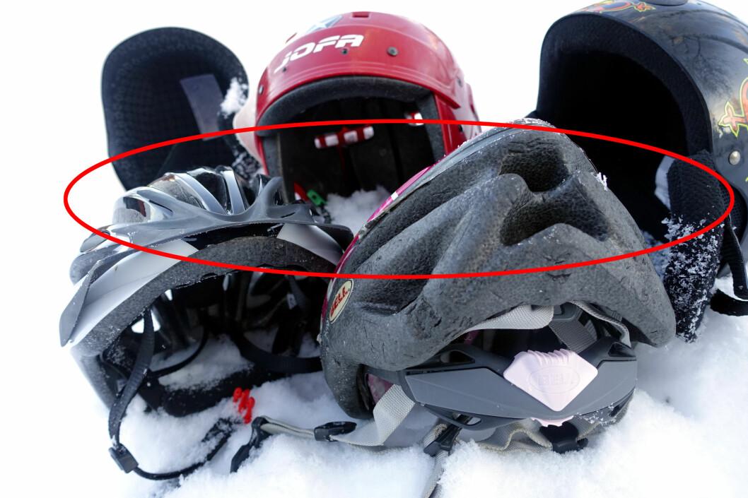 <strong><b>DETTE KAN VÆRE FARLIG:</strong></b> Skihjelmers utforming er ofte avrundet for at hjelmen ikke skal feste seg i snøen når man sklir nedover - og derved kunne gi gjentatte rykk og drag i nakken - mens en sykkelhjelm ofte er aerodynamisk utformet med visir og utspring bak - som altså kan være en potensiell fare mot snøen.                      Foto: KRISTIN SØRDAL