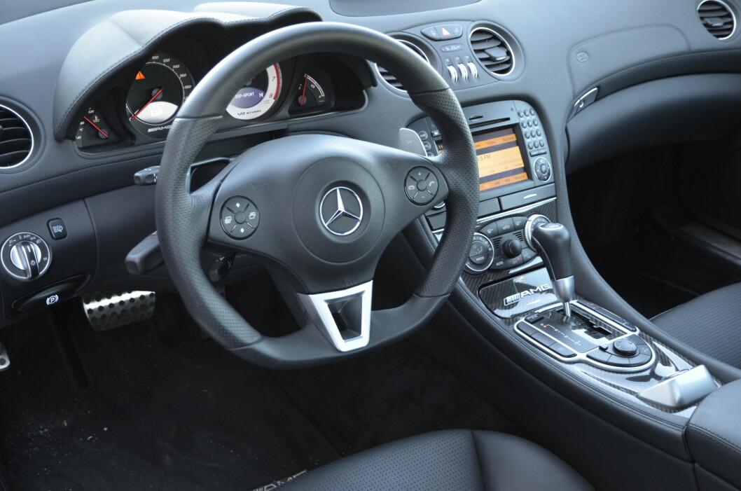 <strong><b>IKKENOE DILL:</strong></b> Mercedes har i SL 65 holdt det enkelt og oversiktelig. Ikkenoe dilldall her i gården. Foto: STEIN INGE STØLEN