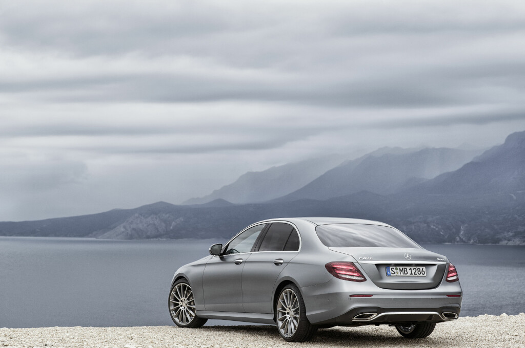 HELT NY: Med den fallende taklinjen har Mercedes villet gi E-klassen en lett coupé-aktig fasong. Foto: DAIMLER