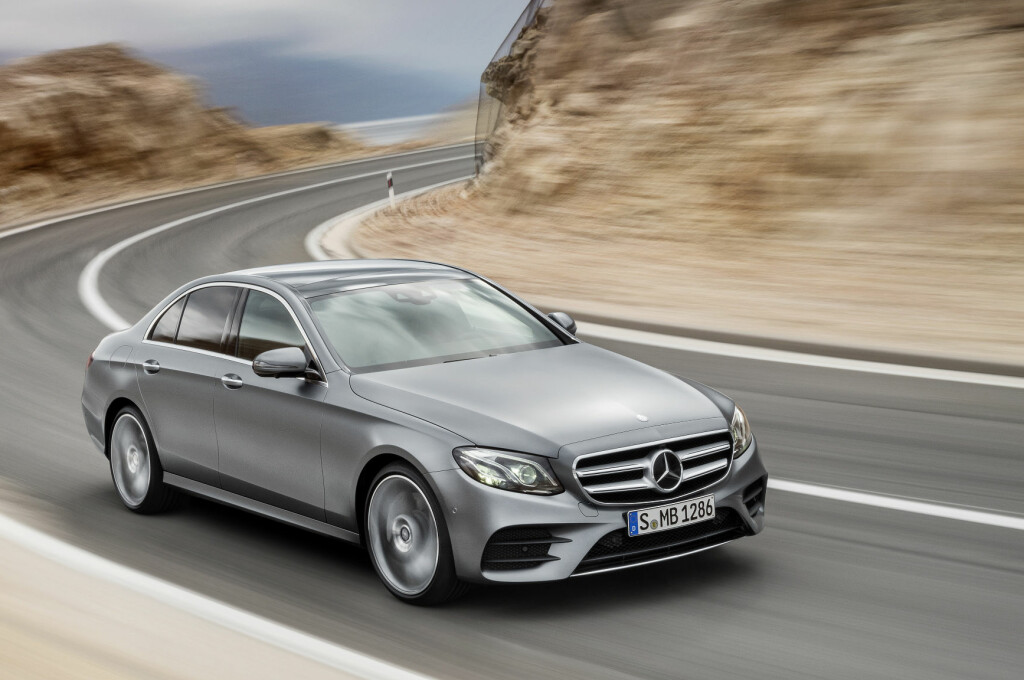 <b>HELT NY:</b> 2016-modellen av Mercedes E-klasse er større enn forgjengeren og får en tvers gjennom ny og mindre firesylindret dieselmotor. E 220 d tilbyr dermed ifølge produsenten ikke bare redusert utslipp og mer behagelig gange, men også økt effekt - fra 170 til 194 hestekrefter. Foto: DAIMLER