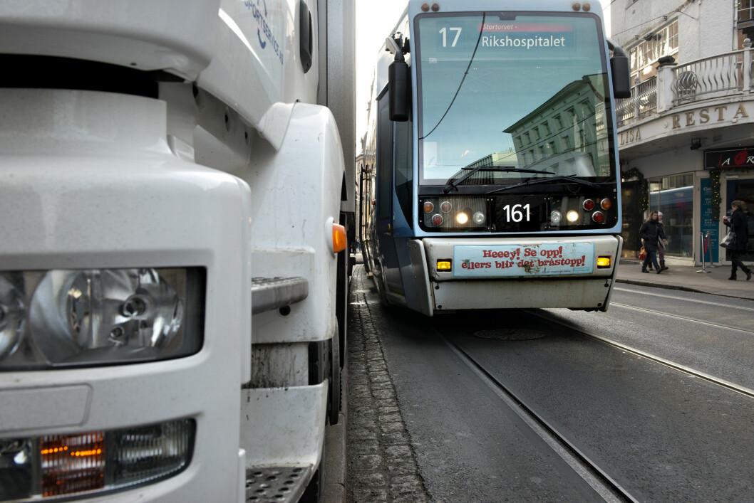 <strong><b>DÅRLIG PLASS:</strong></b>  Trikkens bredde fører til problemer når større kjøretøy parkerer i gatene. Ofte fører dette til store forsinkelser i trafikken.   Foto: NTB SCANPIX