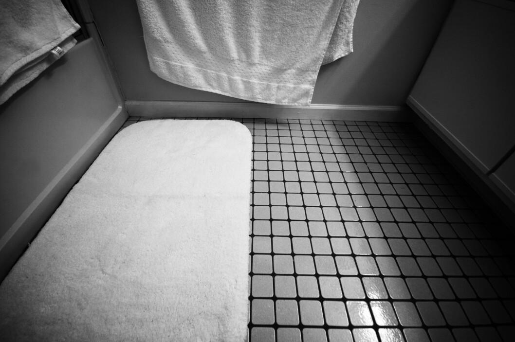 <strong><b>BØR VASKES:</strong></b> Det kan være deilig å tørke føttene på baderomsmatten etter en dusj, men den bør vaskes opptil flere ganger i måneden.  Foto: JAKE GAGNE/FLICKR CREATIVE COMMONS 2.0