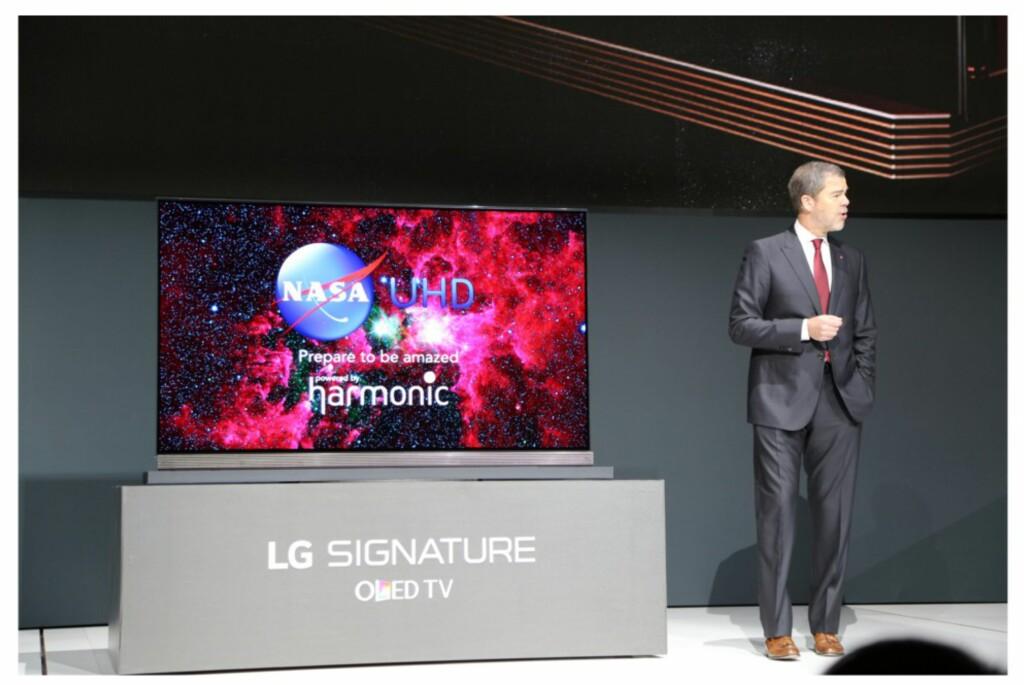 LG Signature måler kun 2,57mm i dybden. Foto: ENGADGET