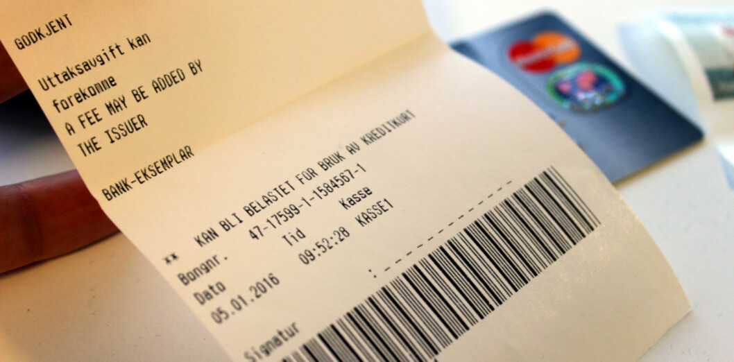 <strong><b>ENESTE VARSEL:</strong></b> Eneste varsel vi fikk om det ekstra gebyret, var meldingen på kortterminalen etter betaling, samt denne teksten på kvitteringen. Foto: KRISTIN SØRDAL
