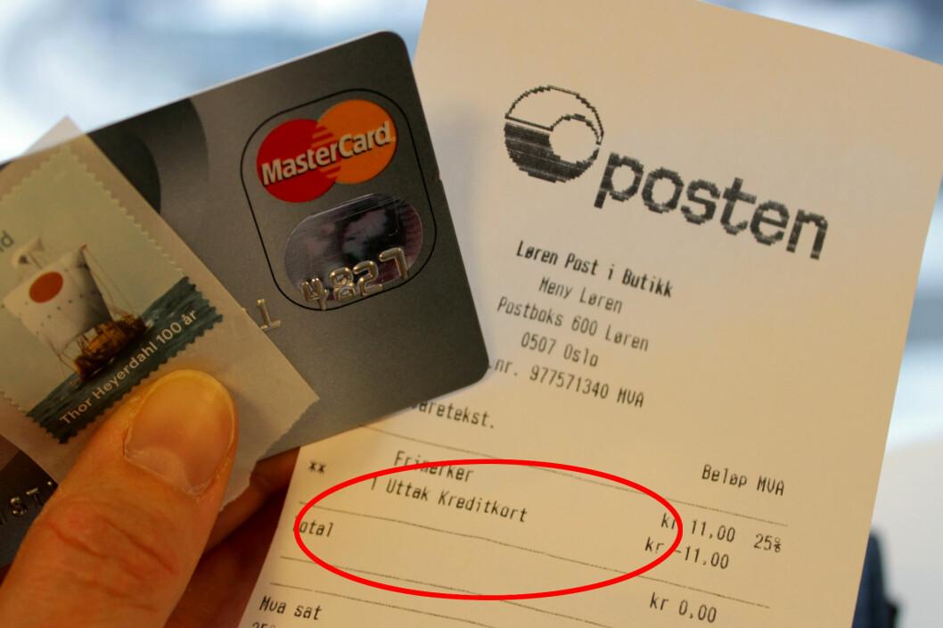 <strong><b>VAREKJØP GEBYRLEGGES SOM KONTANTUTTAK HOS POSTEN:</strong></b> Med gebyr på opptil 75 kroner, samt renter av beløpet, kan det bli dyrt å betale med kredittkort på Posten. I stedet for 11 kroner, kan dette frimerket da koste opptil 86,11 kroner. Foto: KRISTIN SØRDAL