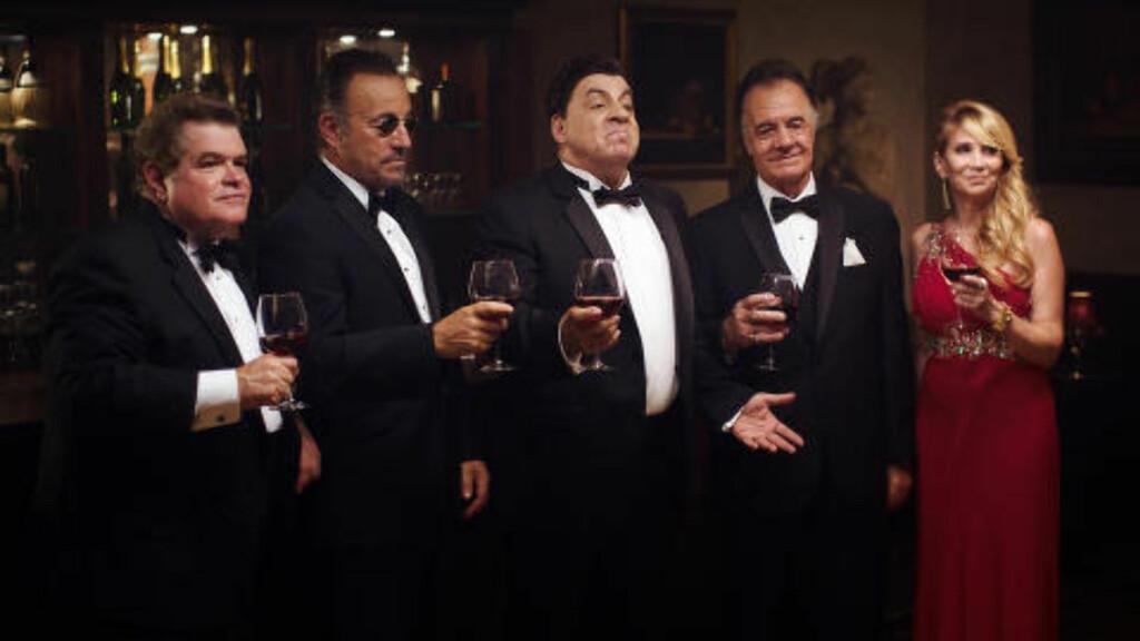 SKÅL:  De tre brødrene Tagliano, spilt av Bruce Springsteen, Steven Van Zandt og Tony Sirico. I rød kjole rollen Angelina, som spilles av Maureen Van Zandt. Ytterst til venstre står Michael Badalucco i rollen som Joey Salmone. Foto: Pål Bugge Haagenrud