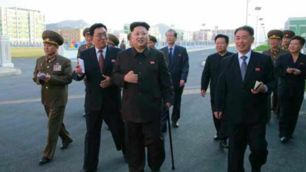 INSPISERTE: Her viser Nord-Koreas diktator, Kim Jong-un, seg for første gang på over en måned. Bildet er tatt av den nordkoreanske avisa Rodong Sinmun. Foto: AFP PHOTO / Rodong Sinmun