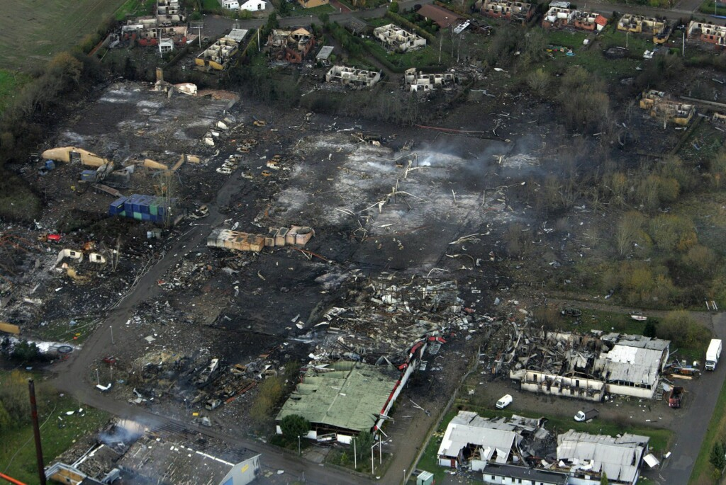 FYRVERKERIFABRIKK: Slik så det ut etter en brann og eksplosjon på N.P. Johnsens fyrverkerifabrikk i Kolding på Jylland i Danmark, 5. november 2004. En brannmann døde og seks ble skadd, 350 hus ble ødelagt og 2.000 mennesker evakuert. Foto: EPA / NTB SCANPIX