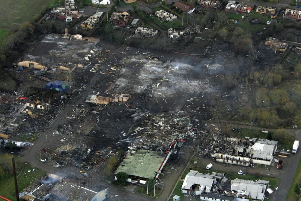 <strong><b>FYRVERKERIFABRIKK:</strong></b> Slik så det ut etter en brann og eksplosjon på N.P. Johnsens fyrverkerifabrikk i Kolding på Jylland i Danmark, 5. november 2004. En brannmann døde og seks ble skadd, 350 hus ble ødelagt og 2.000 mennesker evakuert. Foto: EPA / NTB SCANPIX
