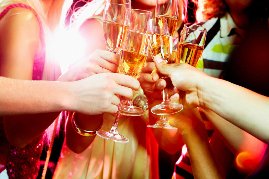 NÅR DET ABSOLUTT IKKE BURDE VÆRE LOV: Når champagnen, vinen, drinken og noen skarpe er fortært - da får du lov til å leke deg med eksplosiver. Det er kanskje akkurat da du ikke burde få lov. Foto: SHUTTERSTOCK / NTB SCANPIX