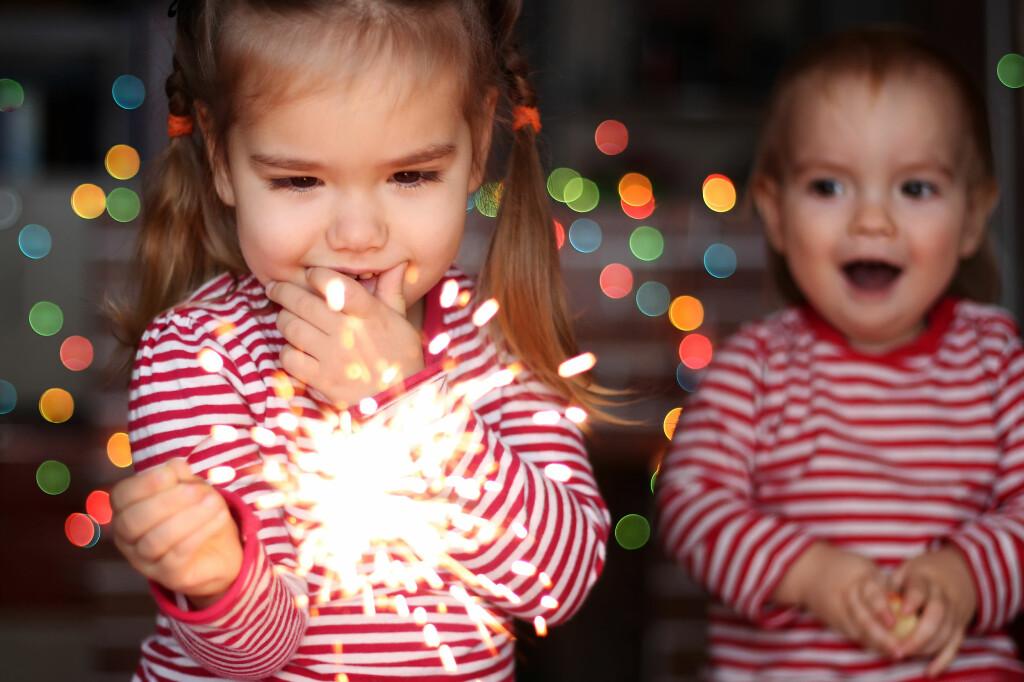 12-ÅRSGRENSE: Barn helt ned i barnehagealder får stjerneskudd i hendene. Men det er 12-årsgrense for å bruke de minste stjerneskuddene - og 18 år for de største. Foto: SHUTTERSTOCK / NTB SCANPIX