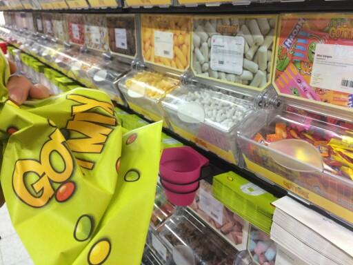 SMÅGODTER: ER det kun smågodter i løsvekt du er opttatt av, er det ikke så farlig hvor du handler: Prisen er så og si den samme i alle butikkene. Foto: BERIT B. NJARGA