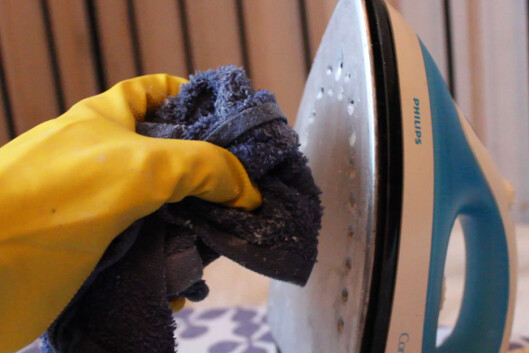 <strong><b>EDDIK OG SALT:</strong></b> Denne blandingen fjernet de fastbrente flekkene på strykejernet. Foto: BERIT B. NJARGA