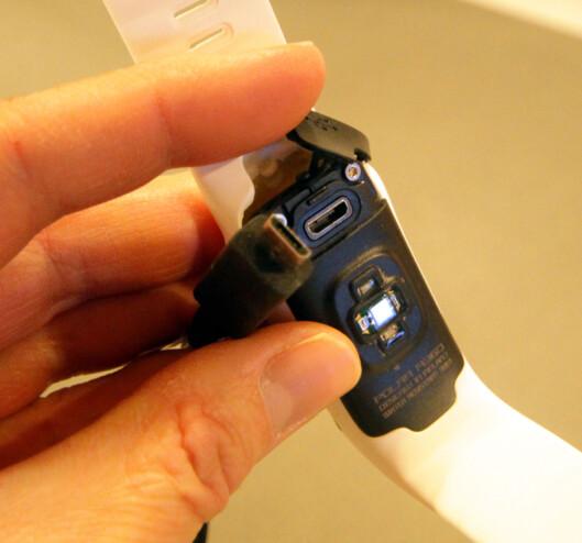 <strong><b>LADING:</strong></b> Polar A360 lades med en standard mikro-USB. Det lille lokket som sitter over ladeinngangen har lett for å falle av når du åpner det for å lade - så pass på at det ikke blir borte! Foto: KRISTIN SØRDAL