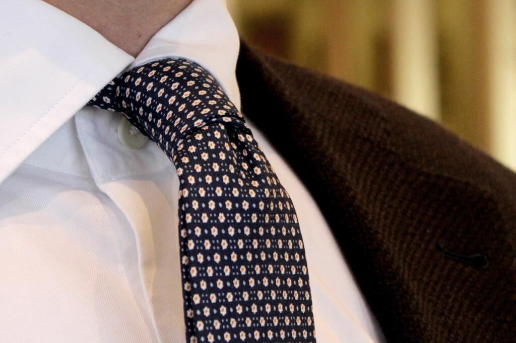 TIPS:  Ønsker du at slipset skal stå litt ut? Vend slipset en gang rundt etter du har tatt det på deg, tipser Ferner. Foto: OLE PETTER BAUGERØD STOKKE