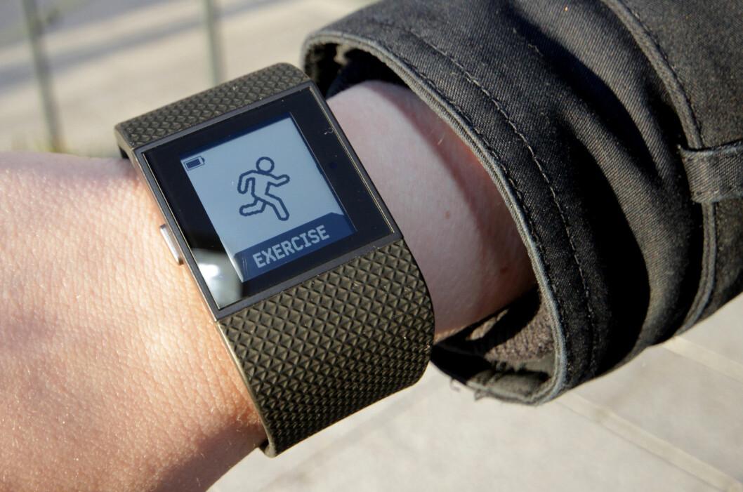 <strong><b> FIN PÅ TRENING:</strong> </b> Fitbit Surge er fin å ha med seg på trening, men blir for klumpete og stor til å ha på 24 timer i døgnet. Foto: OLE BETTER BAUGERØD STOKKE