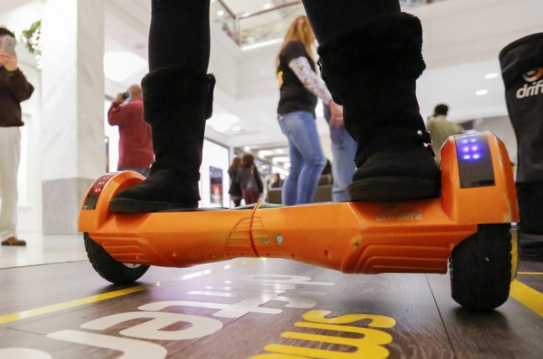 <strong><b>DU MÅ VÆRE 16 ÅR:</strong></b> Det er 16-års aldersgrense på alle typer selvbalanserende kjøretøy, også ståbrett og enhjulinger, som er populære hos mange yngre. Foto: EPA/ERIK S. LESSER/NTB SCANPIX