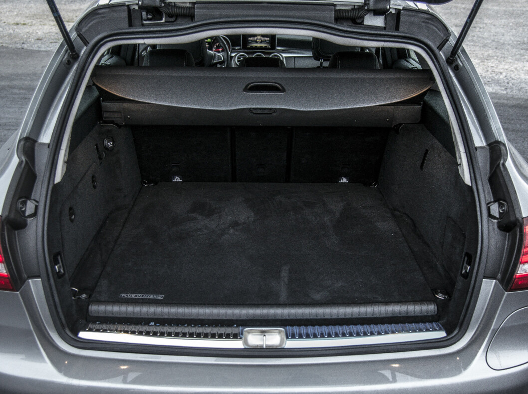 <strong><b>LITE:</strong></b> Sjekk den ekstra lasteterskelen i bagasjerommet. VW Golf tilbyr faktisk mer plass. Foto: JAMIESON POTHECARY