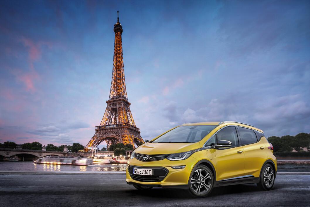 <strong><b>FÅR PREMIERE I PARIS:</strong></b> Opel Ampera-e vil sette ny standard blant de folkelige elbilene med sine 204 hestekrefter og en mye lengre rekkevidde enn dagens konkurrenter. Nå er det litt mer enn en måned til bilen er ute blant folk for alvor - hit til landet kommer den på nyåret.  Foto: OPEL