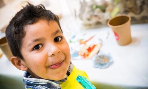 KJÆRLIG HILSEN: Josef (4) er fornøyd med dagens dessert, kjørlighet på pinne med melbillelarve Foto: Endre Vellene / Dagbladet